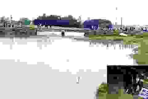 Hàng trăm người tìm kiếm nam thanh niên lao xe vào thành cầu rơi xuống sông