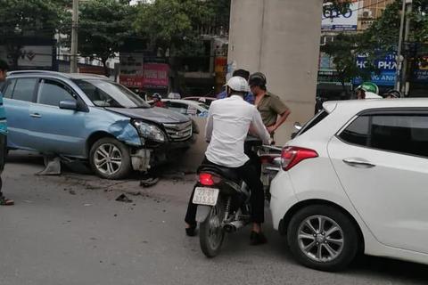 Hà Nội: Tài xế ô tô con nghi ngủ gật, đâm hàng loạt xe trên phố