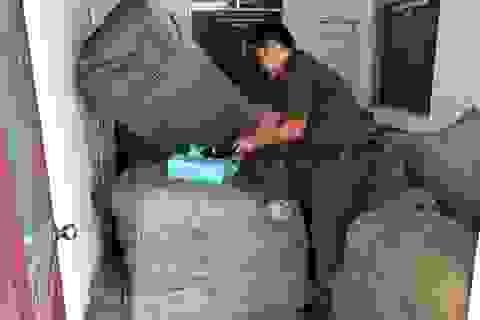Tạm giữ 8 tấn quần áo, giày dép… không rõ nguồn gốc trên tàu