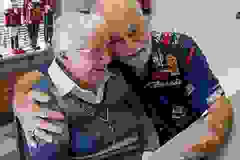 Cụ ông 80 tuổi lái xe 800 km, mang hoa tìm lại mối tình đầu