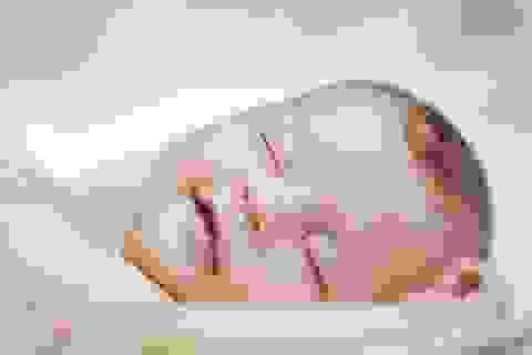 Khi nào em bé có thể ngủ nằm sấp?