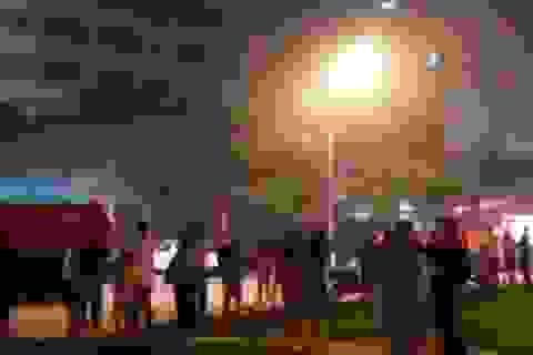 Giải cứu hàng chục người mắc kẹt trong chung cư đang cháy
