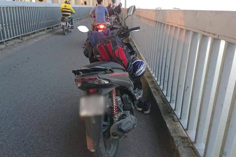Người đàn ông dừng xe giữa cầu Thăng Long, nhảy sông Hồng tự tử