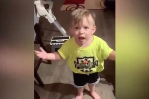 """Không được mẹ hôn trước khi đi làm, cậu bé phản ứng """"gây sốt"""""""