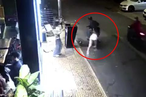 Cô gái bị giật túi xách ngã sấp mặt ở trung tâm Sài Gòn