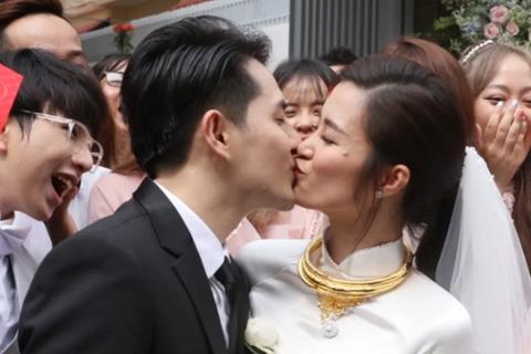 Đông Nhi - Ông Cao Thắng hôn nhau say đắm trong lễ vu quy