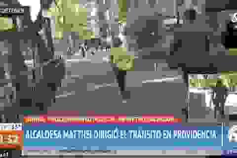 Thị trưởng bỏ chạy thục mạng khỏi cánh phóng viên