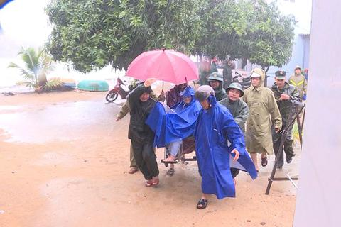 """Quảng Ngãi đang mưa to gió mạnh, Phú Yên lo dân """"cố thủ"""" giữ lồng bè"""
