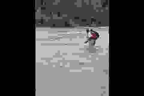Thót tim cảnh cha cõng con vượt dòng nước xiết đến trường