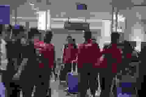 Đội tuyển UAE có mặt tại Hà Nội lúc nửa đêm, nhiều cầu thủ ngái ngủ