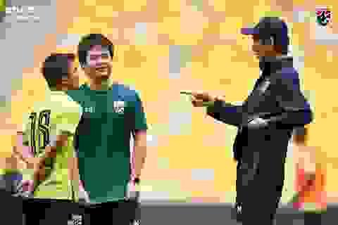 """Cầu thủ Thái Lan """"tươi rói"""" trên sân tập trước đại chiến với Malaysia"""