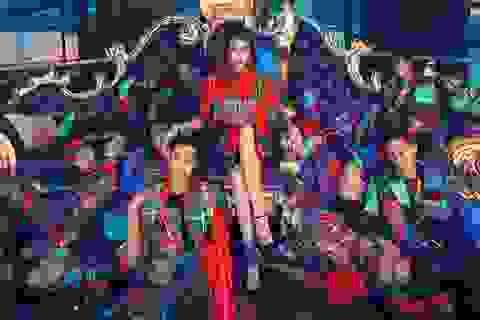 Thanh Hằng trở thành nữ hoàng bên 10 mẫu nam