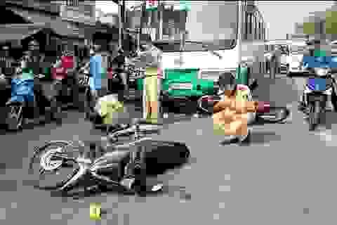 Xe buýt tông hơn 10 xe máy dừng chờ đèn đỏ ở Sài Gòn