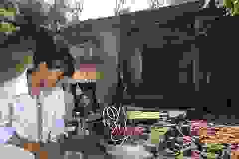 """Nhói lòng cảnh cô học trò sống hiu hắt trong ngôi nhà rách nát như """"phế tích"""" thời xưa!"""