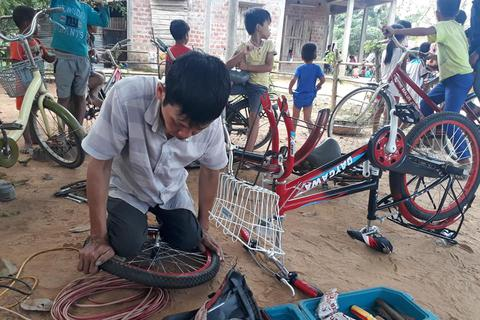 Người đàn ông khuyết tật sửa xe miễn phí cho học sinh vùng cao