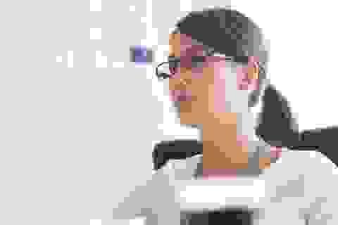 Phụ nữ Nhật nổi giận vì bị cấm đeo kính ở nơi làm việc