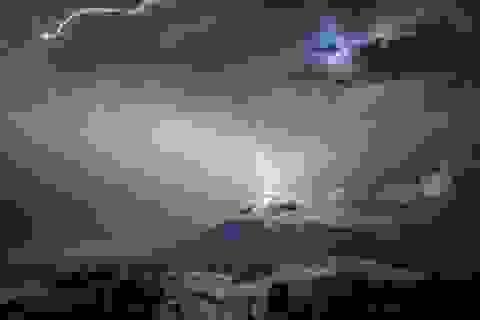 Tia sét đánh vào một ngọn núi lửa đang phun trào ở Guatemala