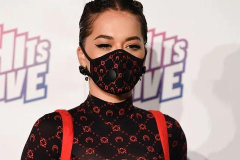 Nữ ca sĩ Rita Ora diện thời trang... khẩu trang đi dự sự kiện