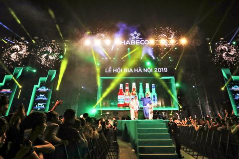 Hàng ngàn du khách tới tham dự Lễ hội Bia Hà Nội 2019 tại Quảng Ninh và Bắc Giang