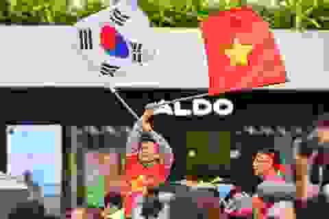"""Cổ động viên '""""tiếp lửa"""" cho đội tuyển Việt Nam trước trận gặp Thái Lan"""
