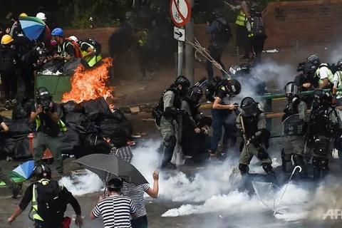 """Lãnh đạo Hong Kong kêu gọi người biểu tình """"đầu hàng"""""""