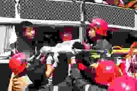 20 cảnh sát cứu hỏa giải cứu 3 người mắc kẹt trong xe khách