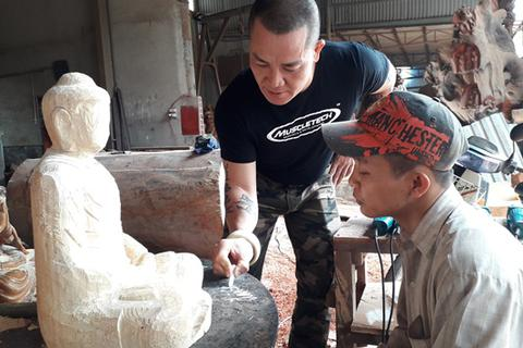 Người thầy dạy học trò khuyết tật thành nghệ nhân điêu khắc