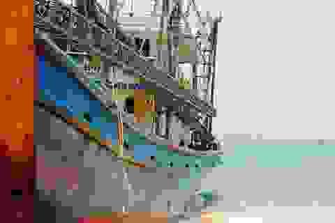 Tàu cá cùng 13 ngư dân mắc cạn trên rặng san hô ở Trường Sa