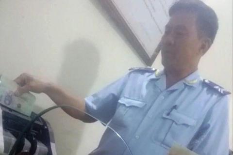 """Đình chỉ hai sếp Chi cục hải quan ở Điện Biên vì """"làm luật"""" tiền triệu ở cửa khẩu"""