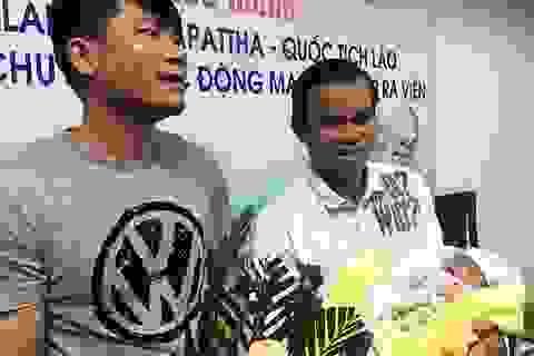 Soi kính lúp mổ cứu bé sơ sinh người Lào mắc bệnh tim phức tạp
