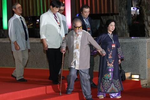 Xúc động cảnh vợ chồng nghệ sĩ gạo cội dìu nhau đến dự Liên hoan phim Việt Nam