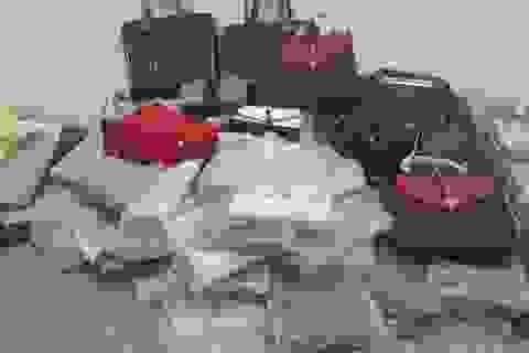 """Bắt giữ hàng trăm túi xách, ví da hiệu Louis Vuitton, Dior đang """"tuồn"""" đi tiêu thụ"""