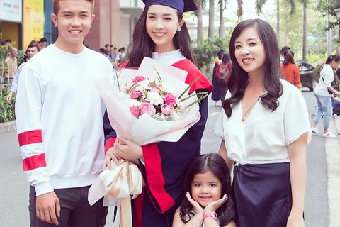 Á hậu Thúy An xinh đẹp rạng rỡ trong lễ tốt nghiệp đại học