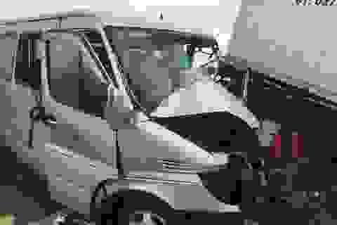 Ô tô 16 chỗ tông container, 2 người tử vong tại chỗ