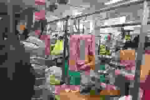 """Giá thịt lợn tăng kỷ lục: Tiểu thương """"khóc ròng"""" vì lỗ nặng, nhiều người nghỉ bán"""