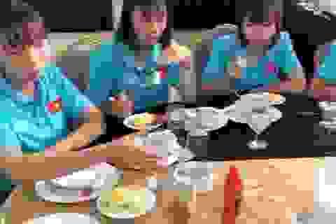 Đội tuyển nữ Việt Nam kêu trời vì không được mua đồ ăn