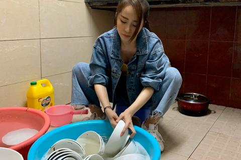 Diễn viên Quỳnh Nga đi... rửa bát, xin ăn