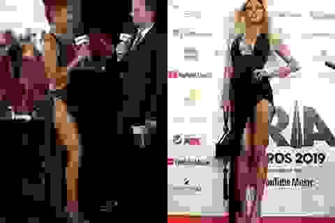 Người mẫu Úc diện váy xẻ tứ bề