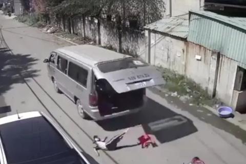 3 học sinh tiểu học bị văng khỏi xe đưa rước: Hiệu trưởng nói gì?