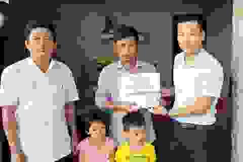 3 đứa trẻ thơ dại mồ côi mẹ được bạn đọc giúp đỡ hơn 61 triệu đồng