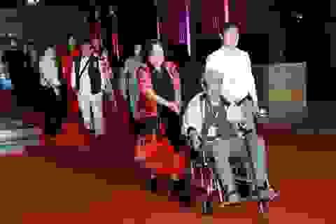 Nghệ sĩ đi xe lăn, chống gậy bước trên thảm đỏ bế mạc Liên hoan phim
