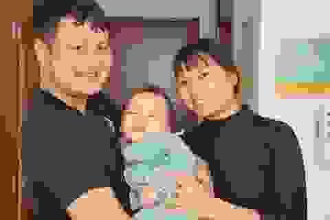 Bố mẹ nghẹn ngào khi con được ghép tế bào gốc nhờ sự giúp đỡ của bạn đọc Dân trí