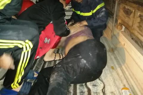 Hà Nội: 2 cụ bà được giải cứu khỏi đám cháy trên phố cổ