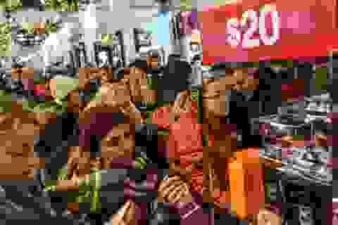 """Xem người Mỹ """"chen nhau"""" xếp hàng săn đồ giảm giá ngày Black Friday"""