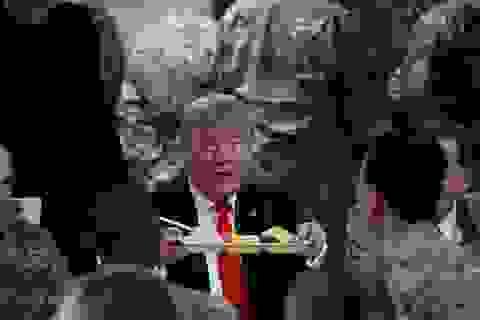 Ông Trump bí mật thăm vùng chiến sự, phục vụ đồ ăn cho quân nhân Mỹ