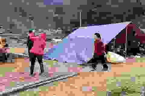 Dân dựng lán ngủ ngoài đồng sau nhiều trận động đất liên tiếp