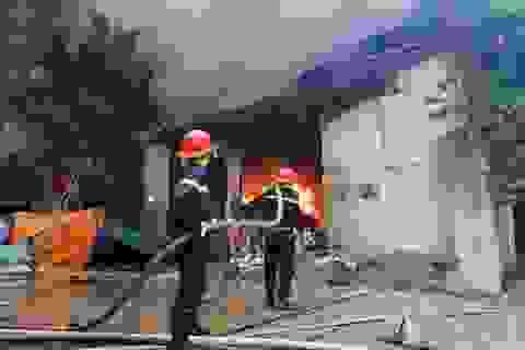 Hà Nội: Cháy lớn tại khu xưởng 1.000m2 ở làng nghề chăn ga gối nệm