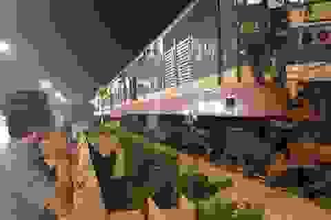 """Hà Nội: Tàu hỏa tông """"đứt đôi"""" xe container"""