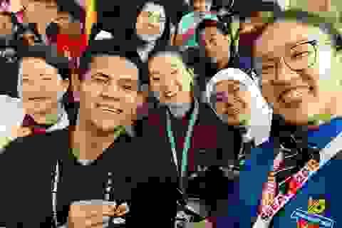Bạn bè Đông Nam Á thích thú chụp hình với huy hiệu thanh niên Việt Nam