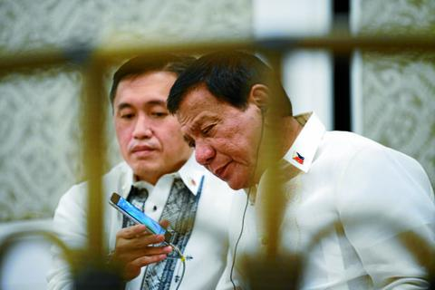 """Trung Quốc muốn tặng Tổng thống Philippines điện thoại """"không thể bị hack"""""""